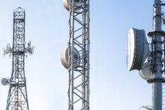 Антенны ретрансляционной станции передачи на поднимать Стоковые Изображения