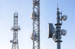 Антенны ретрансляционной станции передачи на поднимать Стоковые Изображения RF