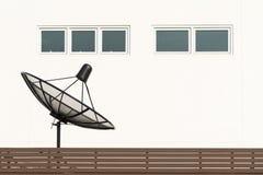 Антенны ТВ спутниковой антенна-тарелки около дома Стоковое Изображение