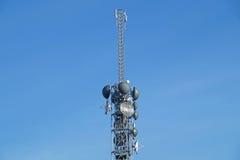 Антенны телевидения башни поляка радиосвязи с голубым небом Стоковые Фотографии RF