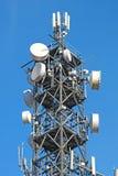 Антенны телевидения башни поляка радиосвязи с голубым небом Стоковое Фото