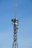 Антенны телевидения башни поляка радиосвязи с голубым небом Стоковое Изображение RF