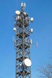 Антенны телевидения башни поляка радиосвязи с голубым небом Стоковое Изображение