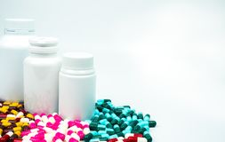 Антибиотик capsules пилюльки и пластичная бутылка с пустым ярлыком Стоковая Фотография RF