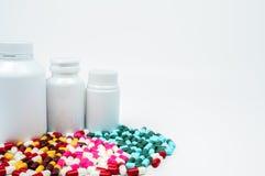 Антибиотик capsules пилюльки и пластичная бутылка с пустым ярлыком Стоковое фото RF