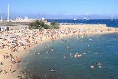АНТИБ, ФРАНЦИЯ - 27-ОЕ АВГУСТА 2014: Люди ослабляя на общественном пляже Стоковые Фото