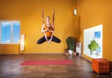 Антигравитационная йога в гамаке Стоковая Фотография RF