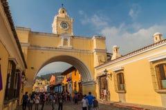 АНТИГУА, ГВАТЕМАЛА - 26-ОЕ МАРТА 2016: Взгляд свода Санта Каталины в городке Антигуы Гватемалы, Guatemal стоковое фото