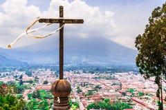 Антигуа и вулкан Acatenango от Cerro de Ла Cruz в Гватемале Стоковые Изображения RF