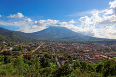 Антигуа, осмотренная от Cerro de Ла Cruz, Гватемалы, Южной Америки Стоковая Фотография