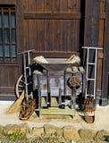 Антиквариаты на старом традиционном японском доме стоковое изображение rf
