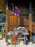 Антиквариаты на старом традиционном японском доме стоковые изображения rf