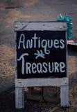 Антиквариаты подписывают внутри Новую Англию стоковые изображения
