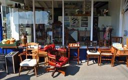 Антикварный магазин с мебелью на снаружи мостовой стоковые фото