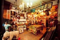 Антикварный магазин с подержанной мебелью, игрушками, книгами и искусств-объектами Стоковые Фото
