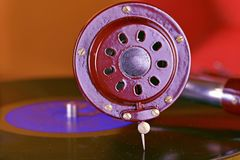 Антикварный патефон с винилом в славной красной коробке closeup стоковое фото