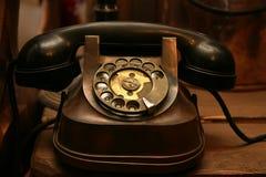 антикварный черный телефон стоковые фото