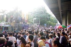 Антипровительственные протестующие для того чтобы блокировать королевскую тайскую полицию Стоковые Фотографии RF