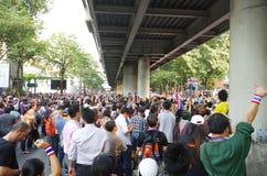 Антипровительственные протестующие для того чтобы блокировать королевскую тайскую полицию. Протест против счета амнистии Стоковые Фото