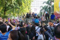 Антипровительственные протестующие для того чтобы блокировать королевскую тайскую полицию. Стоковые Фото
