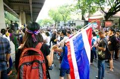 Антипровительственные протестующие для того чтобы блокировать королевскую тайскую полицию Стоковые Изображения RF