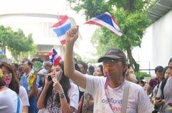 Антипровительственные протестующие для того чтобы блокировать королевскую тайскую полицию. Протест против счета амнистии Стоковые Изображения RF