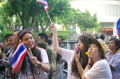 Антипровительственные протестующие для того чтобы блокировать королевскую тайскую полицию. Протест против счета амнистии Стоковое Изображение RF