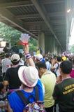 Антипровительственные протестующие для того чтобы блокировать королевскую тайскую полицию. Протест против счета амнистии Стоковые Фотографии RF