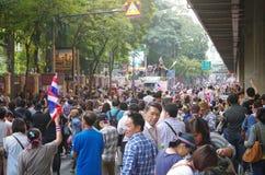 Антипровительственные протестующие для того чтобы блокировать королевскую тайскую полицию. Протест против счета амнистии Стоковая Фотография