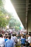 Антипровительственные протестующие для того чтобы блокировать королевскую тайскую полицию. Протест против счета амнистии Стоковое фото RF