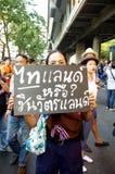 Антипровительственные протестующие для того чтобы блокировать королевскую тайскую полицию. Протест против счета амнистии Стоковые Изображения