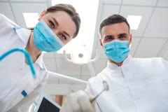 2 дантиста в зубоврачебном офисе делая обработку Стоковое Изображение RF
