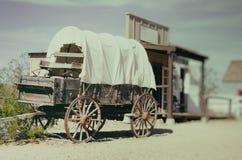 Античная американская тележка в старом западном городе Стоковое Фото