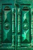 Античная винтажная зеленая деревянная дверь с высекаенными элементами на солнечный день Стоковое Изображение