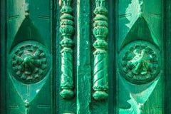 Античная винтажная зеленая деревянная дверь с высекаенными элементами на солнечный день Стоковая Фотография RF