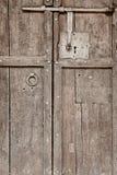 Античная деревянная дверь со старым классическим замком утюга Винтаж стоковая фотография