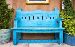 Античная деревянная скамья в Санта-Фе стоковая фотография rf