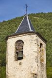 Античная каменная деталь башни церковного колокола с предпосылкой леса стоковые изображения rf