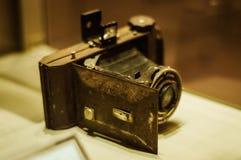 Античная камера фотографии в витрине музея Стоковые Изображения