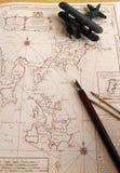 Античная карта, модель самолет-биплана. Принципиальная схема приключения. стоковое фото rf