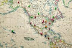 Античная карта штырей отметки Америки и назначения стоковые фото
