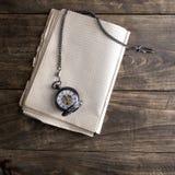 Античная книга и карманный вахта на деревянном столе grunge Стоковое Фото
