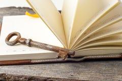 Античная книга и старые ключи над деревенской деревянной предпосылкой Стоковое Фото