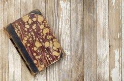 Античная книга на древесине grunge Стоковое Фото