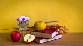 Античная книга с цветком и плодоовощ Стоковые Изображения