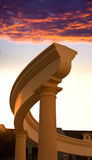 Античная колоннада на предпосылке неба захода солнца Стоковая Фотография RF