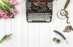 Античная машинка цветет винтажные инструменты офиса Стоковые Фото