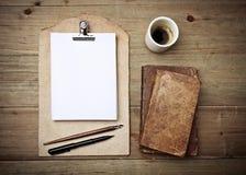 Античная доска сзажимом для бумаги книг, чашки кофе и кожи Стоковое Изображение