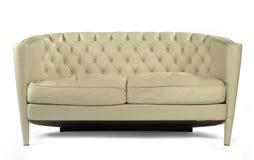 Античная ретро кожа сливк кресла софы изолированная на белизне Стоковое Фото