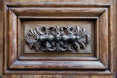 Античная ручка двери в форме головы собаки на деревянной двери Стоковое Изображение RF